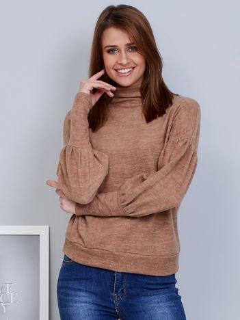 Beżowy sweter z szerokimi rękawami