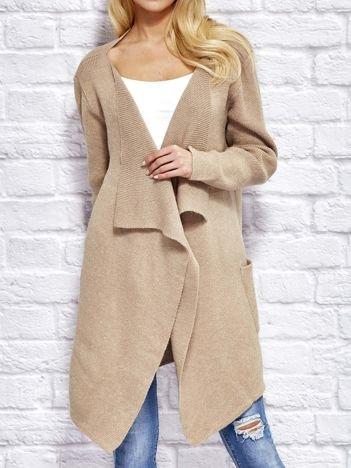 Beżowy wełniany sweter z luźnymi połami