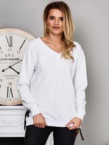 Biała bluza V-neck z kolorową taśmą