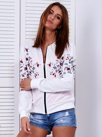 Biała bluza bomberka w roślinne wzory