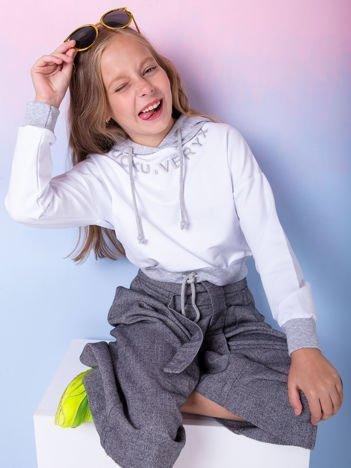 Biała bluza dziecięca z aplikacją i szarym kapturem