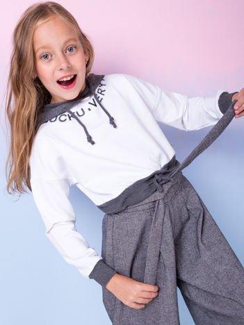 Biała bluza dziewczęca z aplikacją i ciemnoszarym kapturem