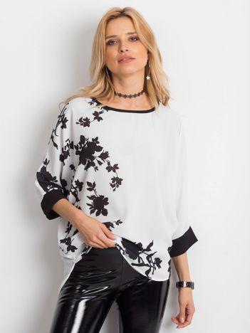Biała bluzka w roślinne wzory