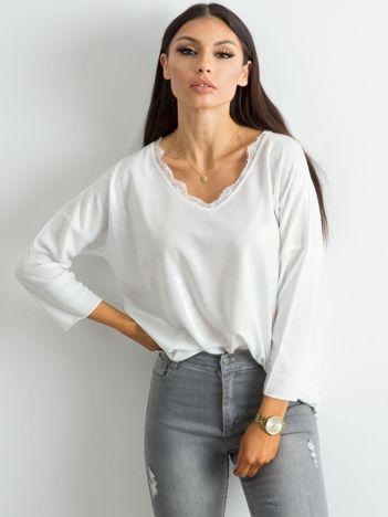 Biała bluzka z delikatnym połyskiem