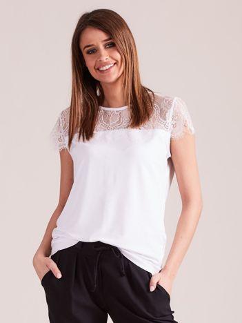 Biała bluzka z koronkowym dekoltem