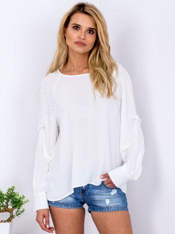 Biała bluzka z perełkami i drapowaniami na rękawach
