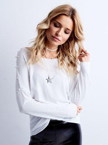 Biała bluzka z perełkami na rękawach