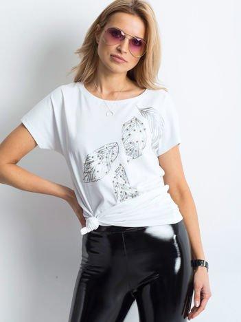Biała bluzka z roślinnym motywem i perełkami