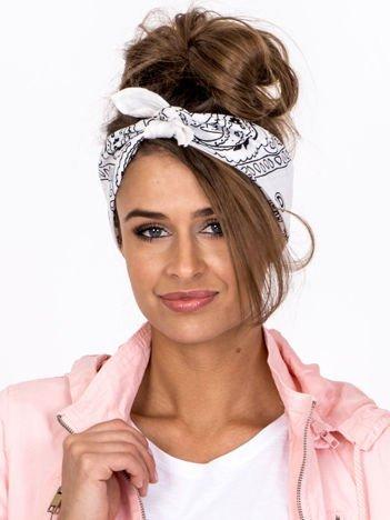 Biała chustka bandanka na głowę ze wzorem paisley