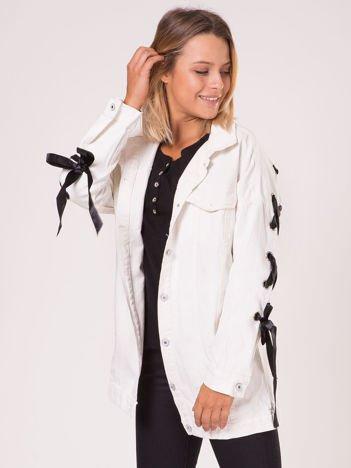 Biała jeansowa kurtka ze sznurowaniem na rękawach