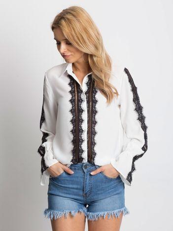 Biała koszula z ażurowaniem i koronką
