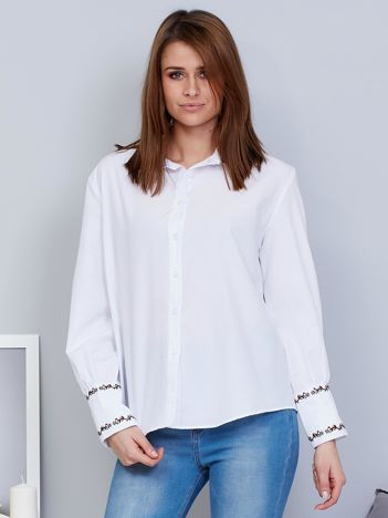 Biała koszula z etnicznymi haftami