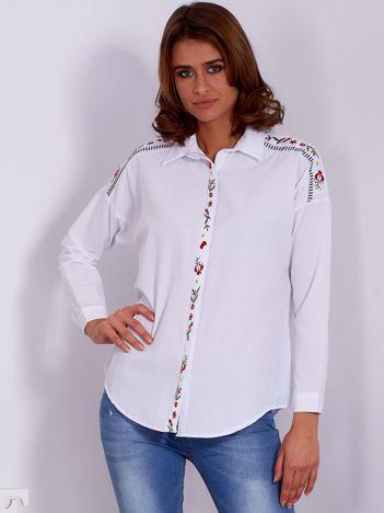 Biała koszula z haftowanymi wstawkami