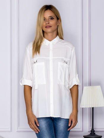Biała koszula z perełkami z podwijanymi rękawami