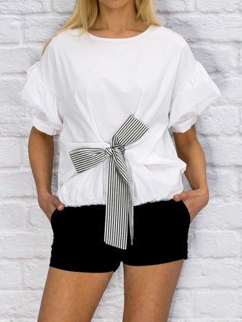 Biała koszula z wiązaniem i bufiastymi rękawami