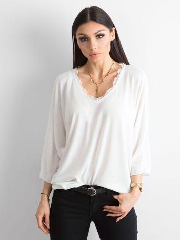 Biała luźna bluzka w serek