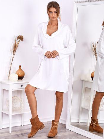 Biała luźna sukienka z jedwabiem