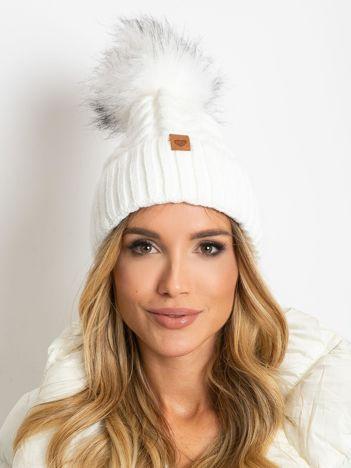 Biała ocieplana czapka z pomponem