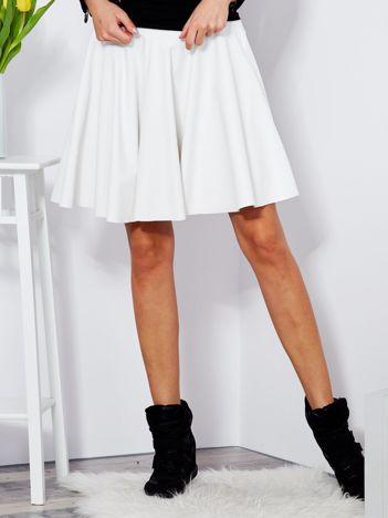 Biała rozkloszowana spódnica z ekoskóry