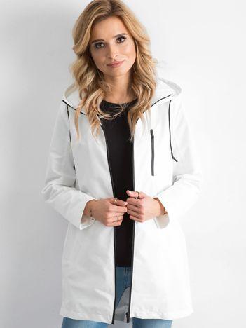 Biała sportowa kurtka z kapturem