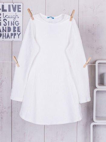 Biała sukienka dziewczęca w tłoczony wzór