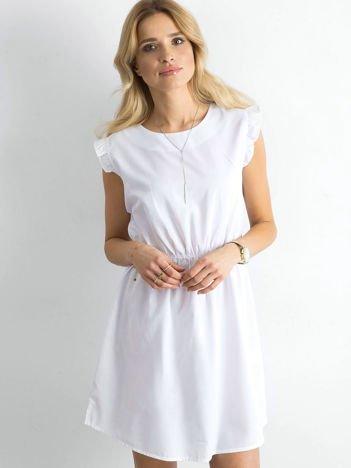 Biała sukienka z falbanami na rękawach