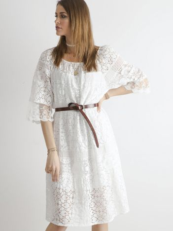 Biała sukienka z kwiatowymi wzorami