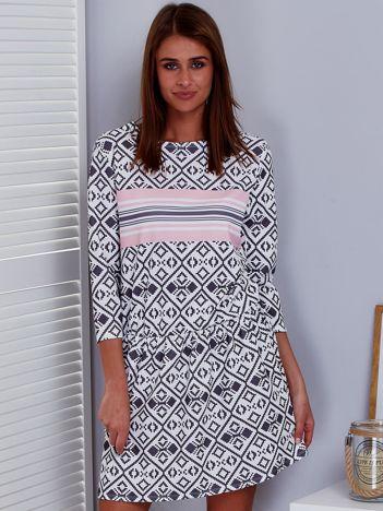 Biała sukienka z nadrukiem geometrycznym