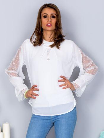 Biała szyfonowa bluzka z wisiorkiem