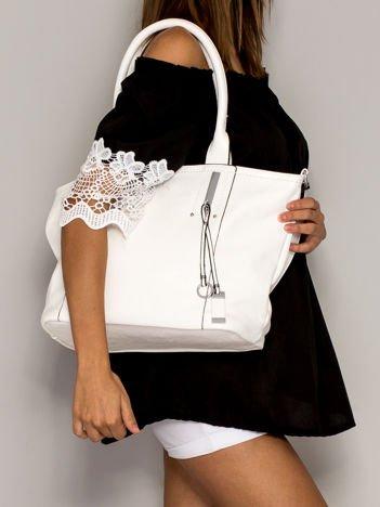 Biała torba shopperka z zawieszką