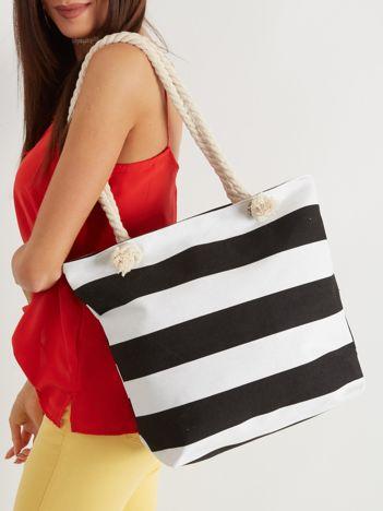 Biała torba w czarne paski