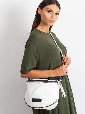Biała torba w miejskim stylu