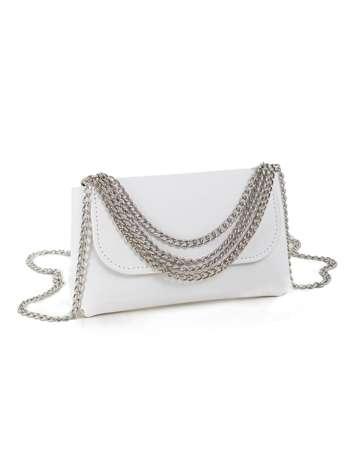Biała torebka z ozdobnymi łańcuszkami