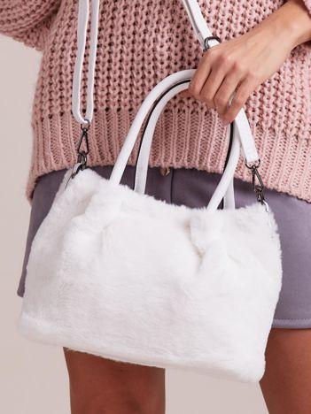 Biała torebka ze sztucznego futerka