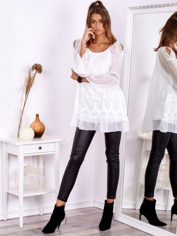 Biała tunika z haftami i wycięciami na rękawach