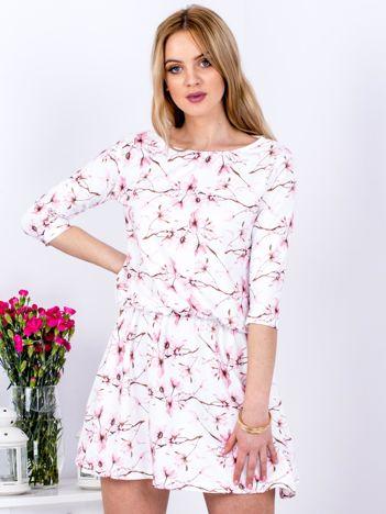 Biała wzorzysta sukienka z marszczeniem