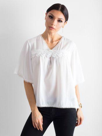 Biała zwiewna bluzka