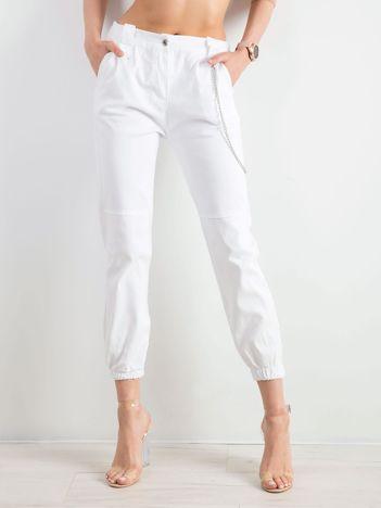 Białe bawełniane spodnie