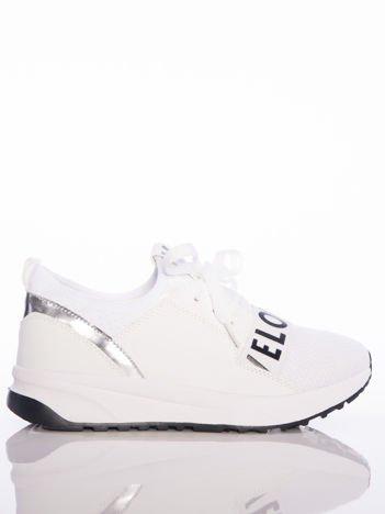 Białe buty sportowe Rue Paris z ażurowymi wstawkami na przodzie i napisami