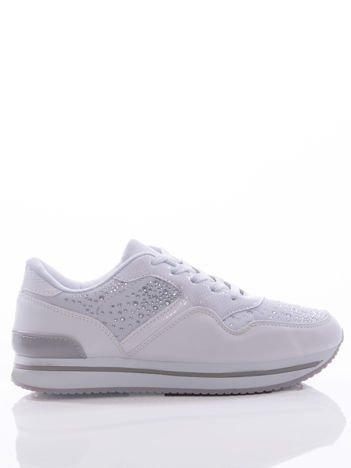 Białe buty sportowe z ozdobnymi błyszczącymi dżetami, na podwyższonej podeszwie