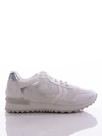 Białe buty sportowe z tłoczoną wstawką i metalicznym połyskiem, na sprężystej podeszwie