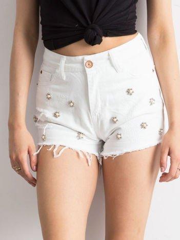 Białe jeansowe szorty z aplikacją z perełek