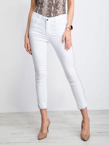 Białe jeansy Whispered