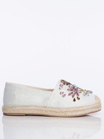 Białe płócienne espadryle z ozdobnymi kamieniami na przodzie buta