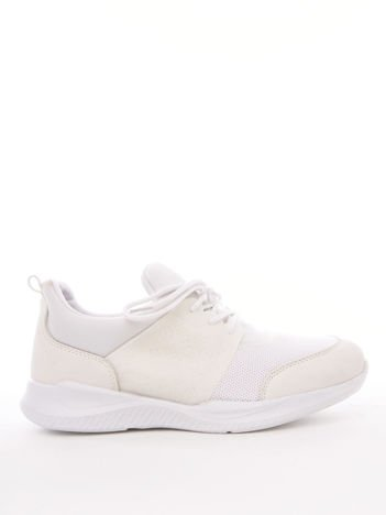 Białe profilowe buty sportowe z gumowymi szlufkami i tłoczonymi wzorami