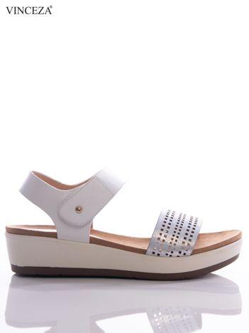 Białe sandały Vinceza na platformie z ażurowym paskiem na przodzie i holograficzną poświatą