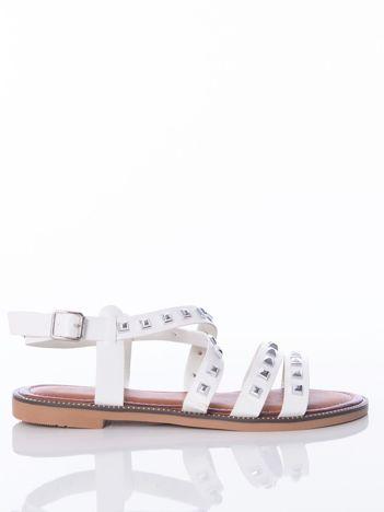 Białe sandały z skrzyżowanymi paskami zdobione ćwiekami