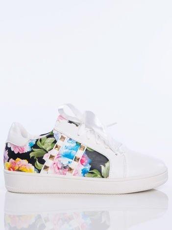 Białe skórzane trampki z ozdobnymi ćwiekami i kwiatowym motywem na boku cholewki
