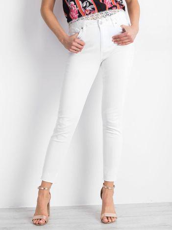 Białe spodnie Beneath