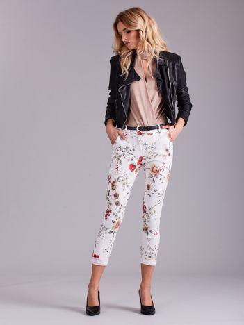 Białe spodnie w kwiaty